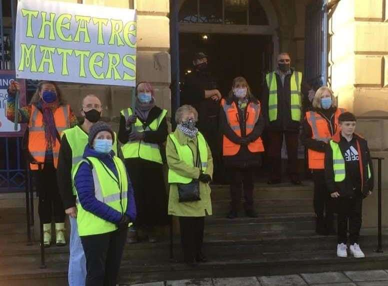 Argent Theatre joins national protest for more support for theatres during the pandemic. (45302726)