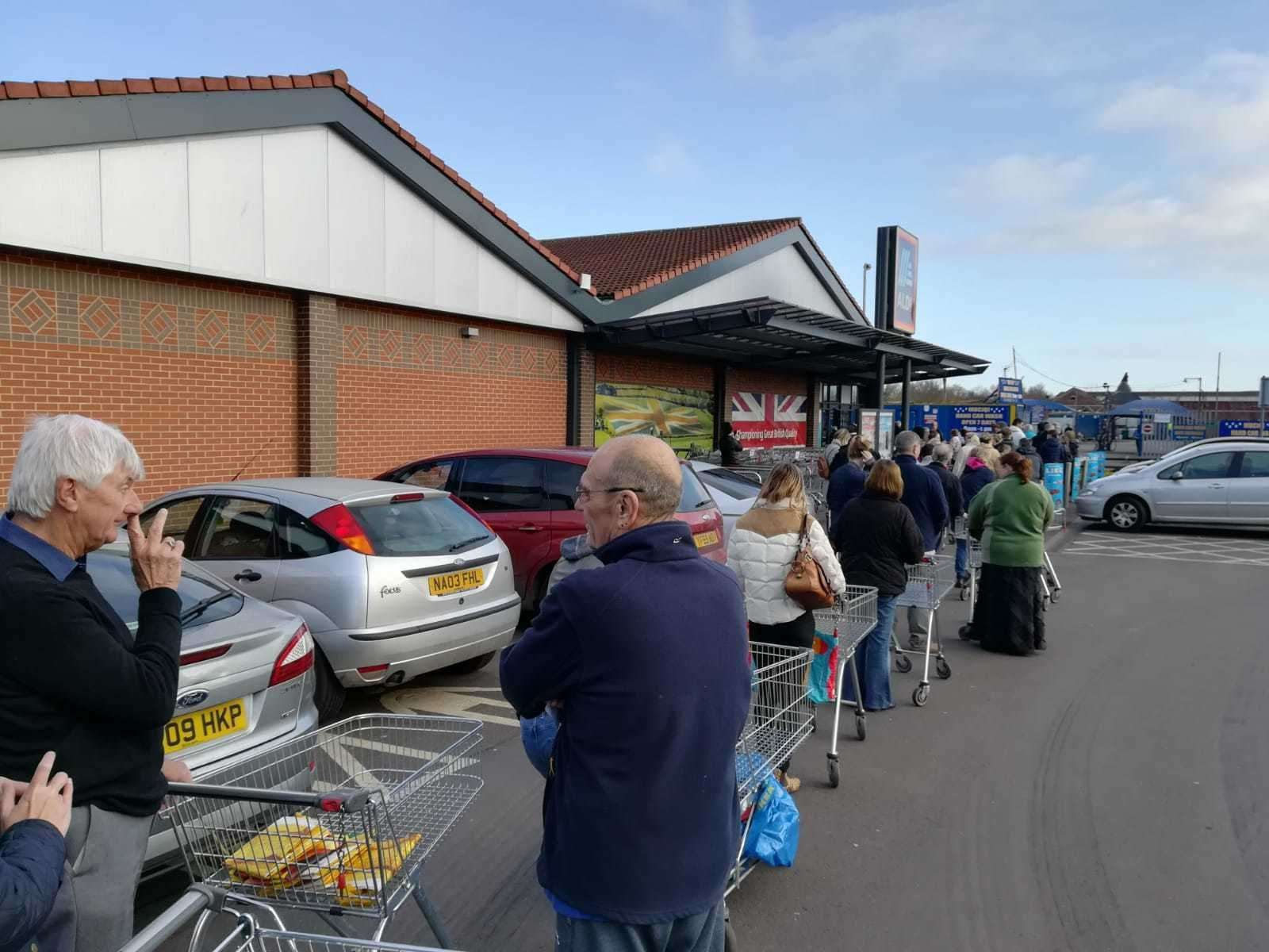 Queues waiting for Aldi to open (32213980)