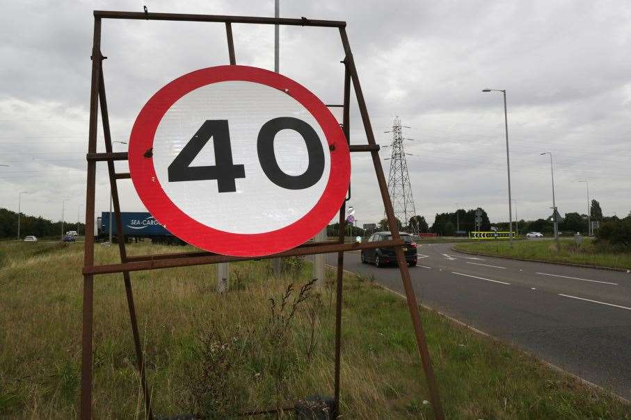 A temporary 40mph speed sign at the Farndon roundabout. 060919TV1-3. (16206380)